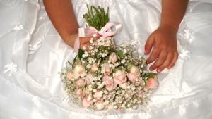 Mini rosas e gipsófilas.